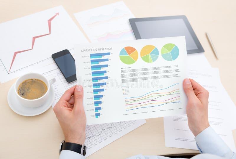 分析关于图表的生意人信息 库存图片