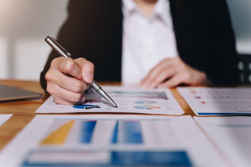 分析关于木桌的女实业家数据财政报告 免版税库存图片