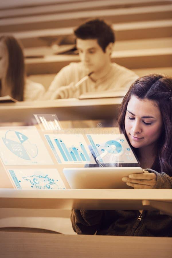 分析在她的未来派片剂估计的俏丽的学生图表 库存照片