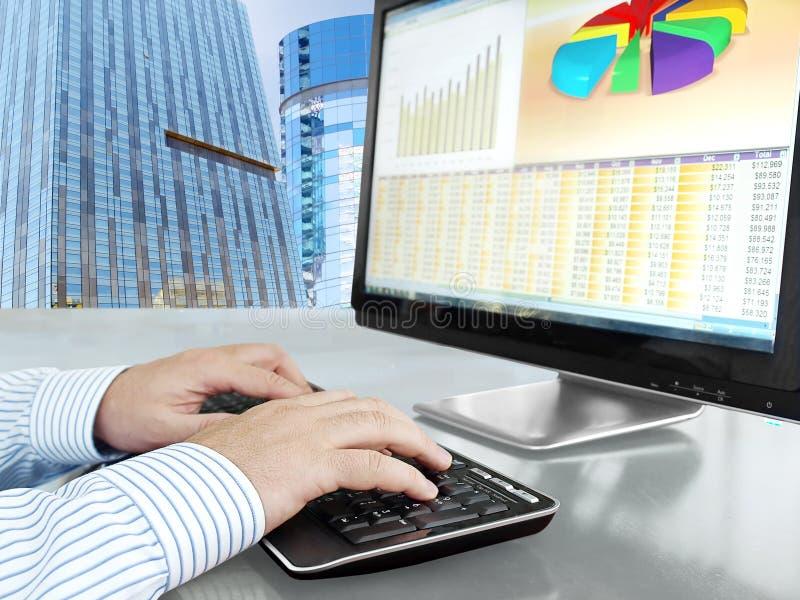分析在计算机上的数据 免版税库存照片