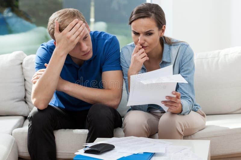 分析家庭票据的夫妇 免版税库存照片