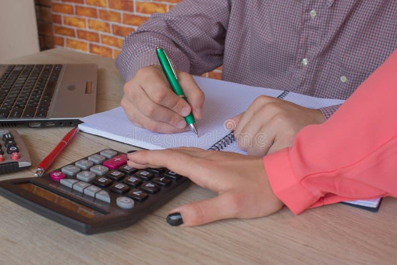 分析报告,业绩概念的Businesspersons 免版税库存图片