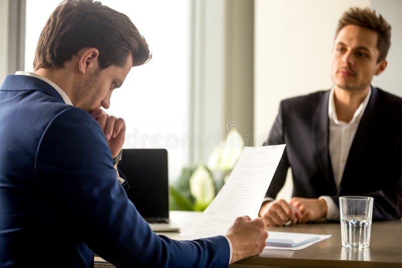 分析简历的熟练的成功的人力资源经理在jo 免版税图库摄影