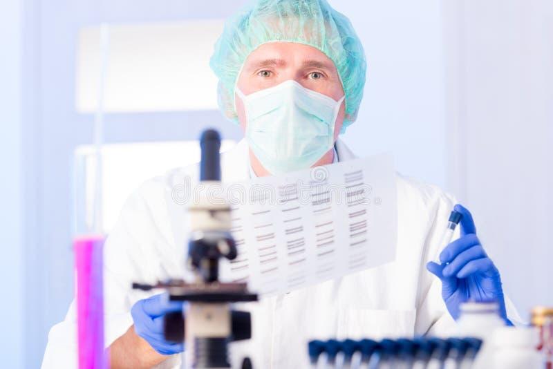 分析脱氧核糖核酸序列的科学家在实验室里 库存照片
