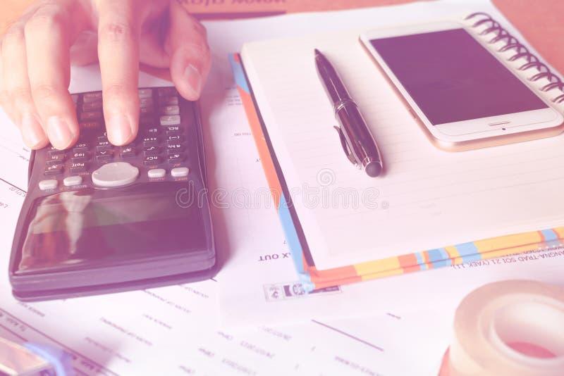 分析计数数据的计算器财务 businessman& x27的特写镜头照片; s手 库存照片