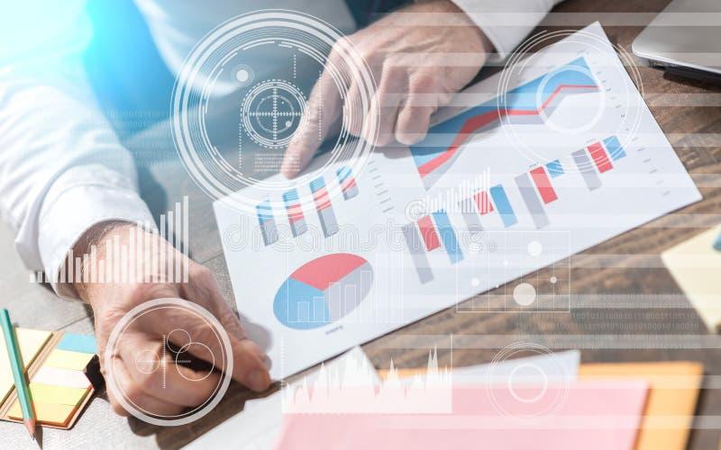 分析财务数据,两次曝光,光线影响的商人 免版税库存图片