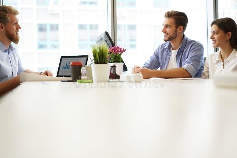 分析财政图的企业顾问表示在公司的工作的进展 免版税库存图片