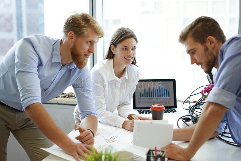 分析财政图的企业顾问表示在公司的工作的进展 图库摄影