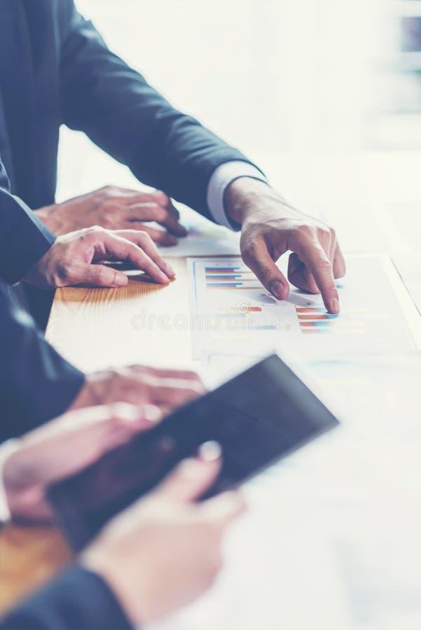 分析财政图的企业顾问表示在公司的工作的进展 库存照片