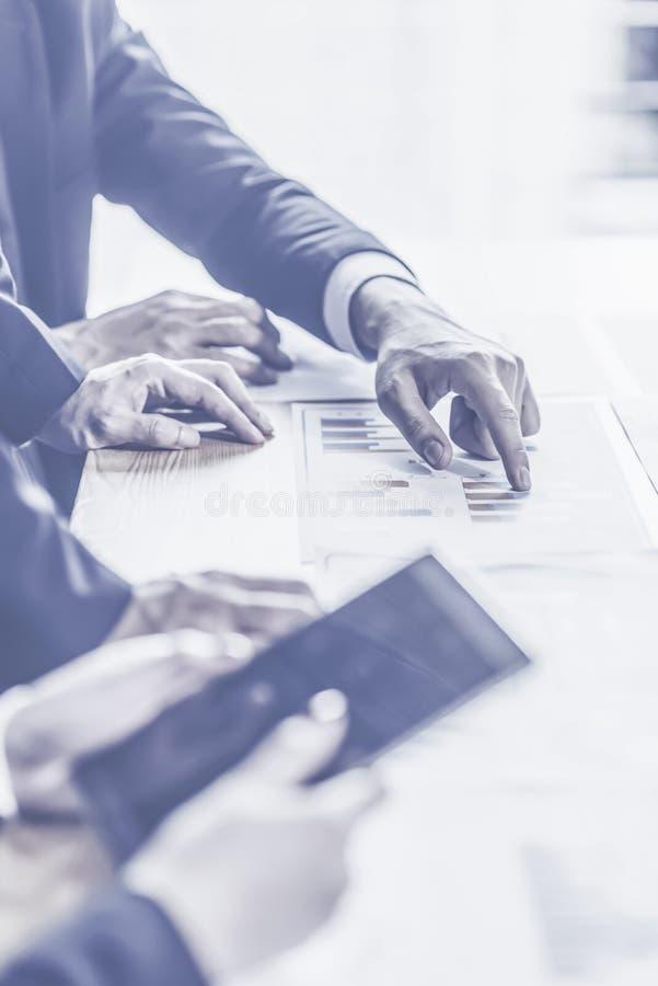 分析财政图的企业顾问表示在公司的工作的进展 免版税图库摄影