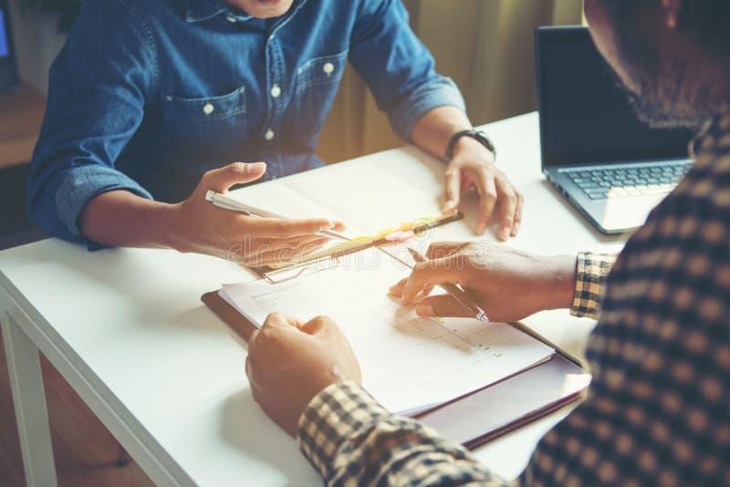 分析财政图的商人表示在公司的工作的进展 免版税图库摄影