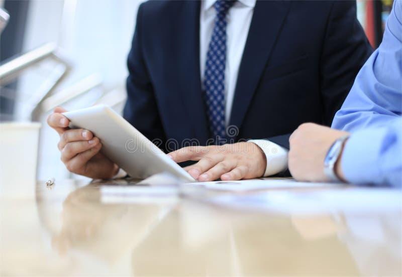 分析财政图的企业顾问 免版税库存照片