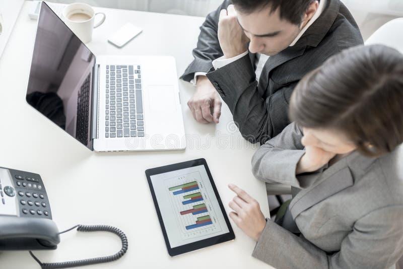 分析统计年鉴r的男性和女性商务伙伴 库存图片