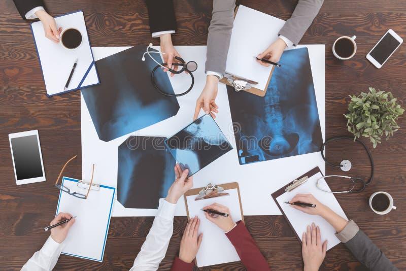 分析X-射线图片的人们 免版税库存图片