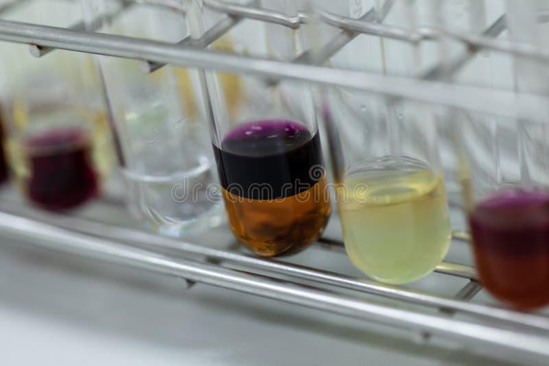 分离由滤清组分物质的研究从混合液体 库存照片