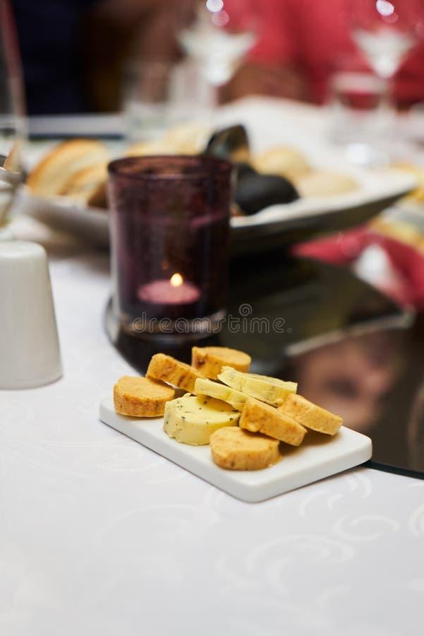 分类在早餐桌上的风味芳香黄油 免版税库存照片