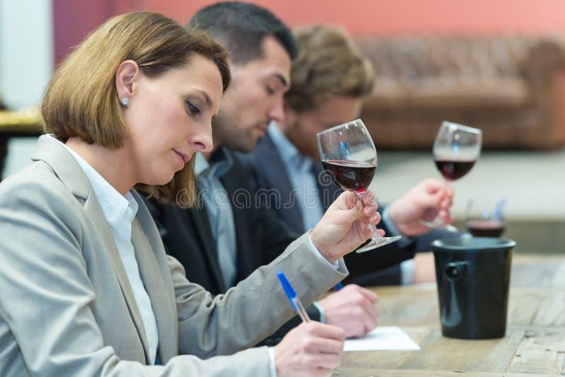 分级授予的评论家酒 免版税库存图片
