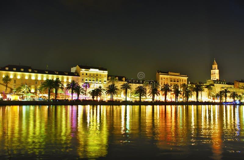 分裂有散步的城市老镇在生动的颜色的ninght 图库摄影