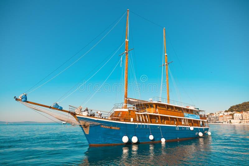 分裂,克罗地亚- 2017年7月11日:美丽的旅游船在分裂城市-达尔马提亚,克罗地亚港口  库存照片