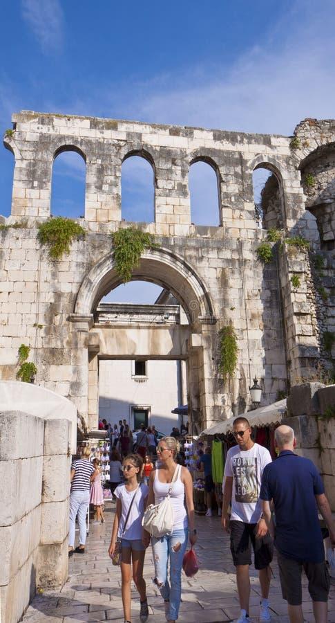 分裂,克罗地亚-游人参观有罗马废墟的老镇 免版税库存图片