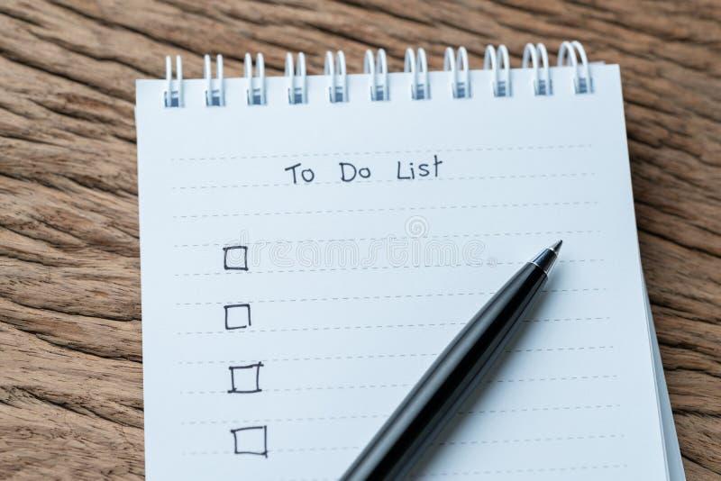 分配检查号,做名单复选框写与笔在白色pa 库存图片