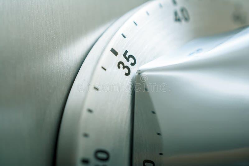 35分钟-在冰箱安置的模式镀铬物厨房定时器.图片
