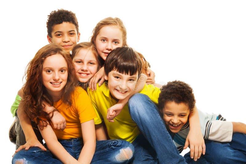 组拥抱的和笑的孩子 免版税库存图片