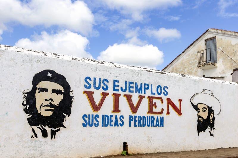 切・格瓦拉和卡米洛・西恩富戈斯街道画在古巴 库存图片