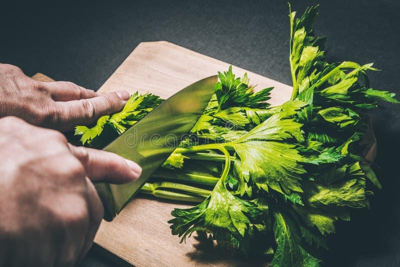 切与刀子的芹菜 免版税库存照片