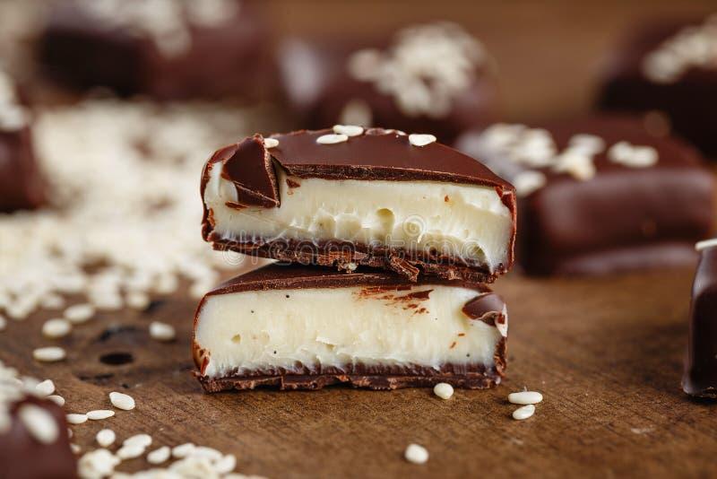 切与芝麻籽的手工制造巧克力糖 图库摄影