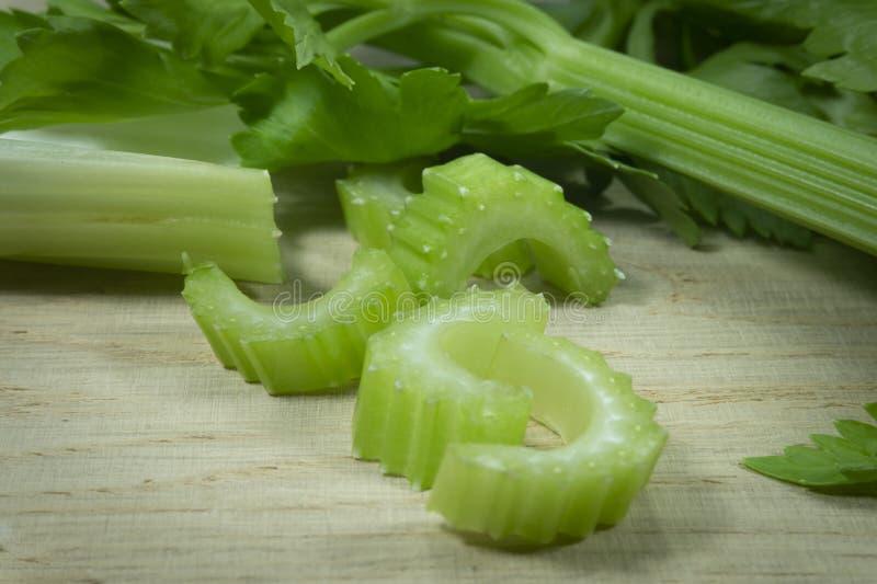 切了在切口木板的新鲜的芹菜 免版税库存图片