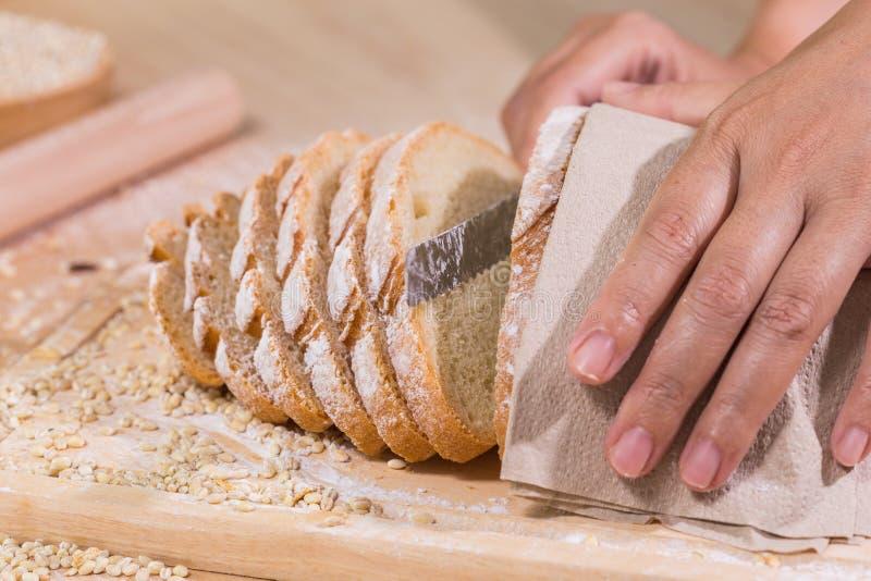 切了新鲜的土气面包 库存照片