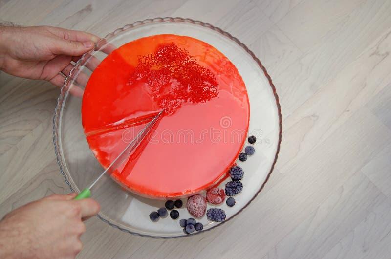 切刀大理石用红色镜子釉和莓果装饰的奶油甜点蛋糕 顶视图 点心 免版税库存图片