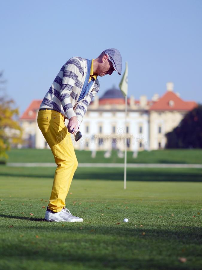 切削往别针的高尔夫球运动员 免版税库存图片