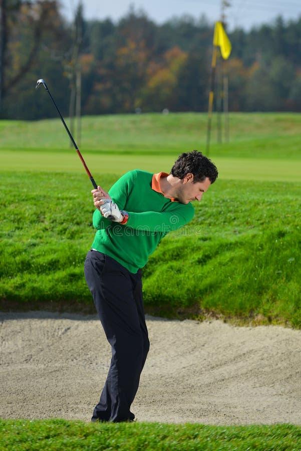 切削球的高尔夫球运动员 图库摄影