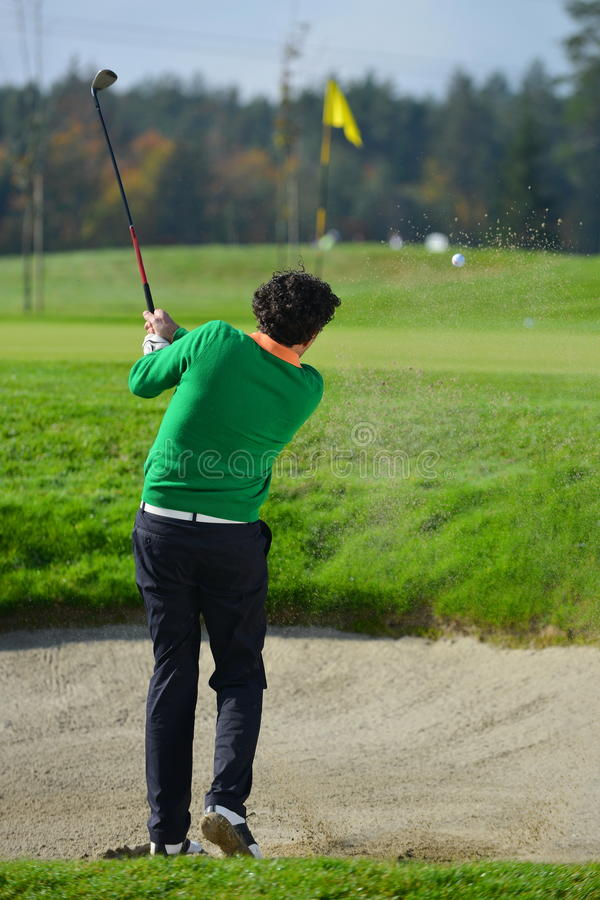 切削球的高尔夫球运动员 免版税库存图片