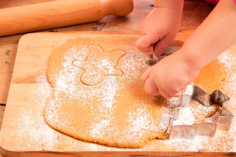 切割工姜饼女孩一点做 库存照片