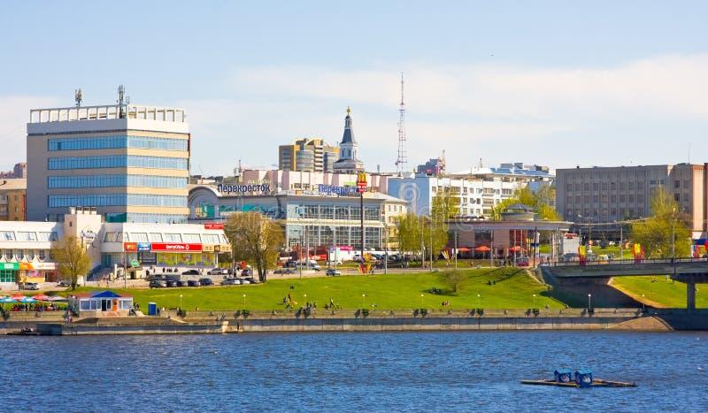 切博克萨雷,楚瓦什共和国,俄罗斯, 9日2014年:在海湾和城市的历史部分的看法2014年5月9日的 楚瓦什人的Chebokasary首都 库存图片