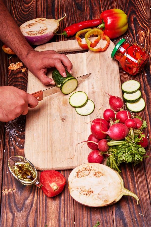 切口菜的过程在切板的 免版税图库摄影