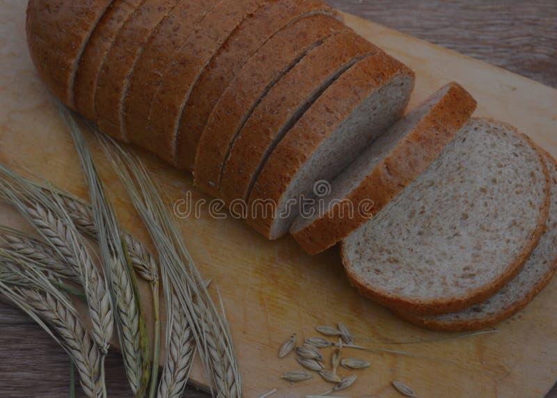 切口面粉外壳小圆面包膳食被隔绝的五谷裁减烘烤委员会饮食黑麦白色被切的被烘烤的健康面包食物大面包褐色麦子切片b 图库摄影