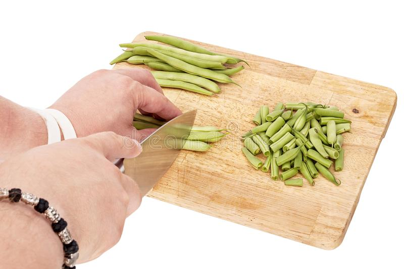 切在一个切板的新鲜的青豆在桌上 免版税库存图片