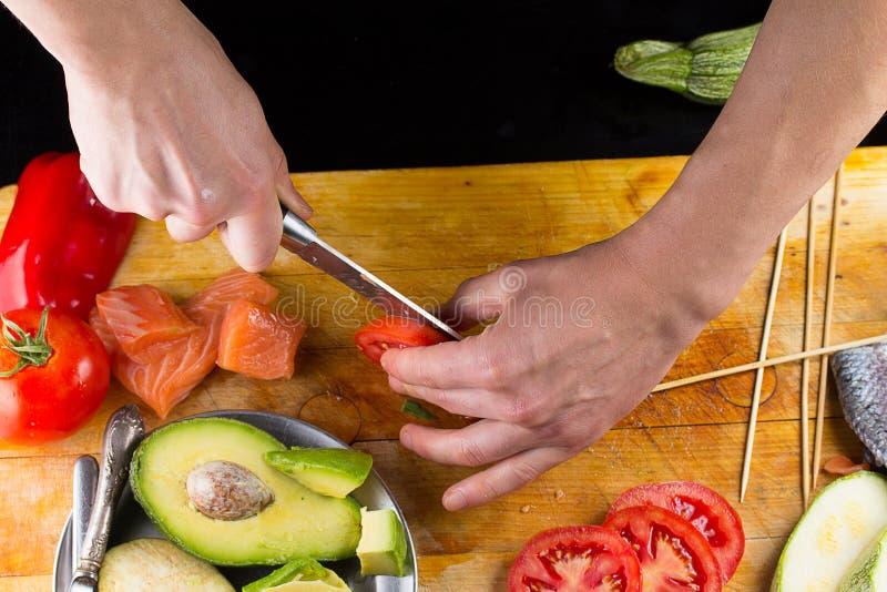 切在一个木板的厨师蕃茄 库存图片