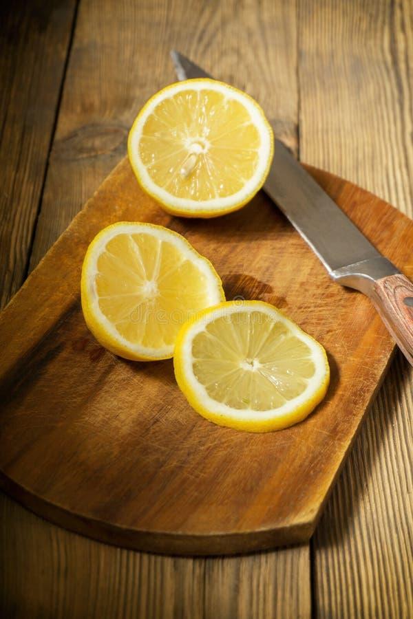 切在切板的柠檬 库存图片