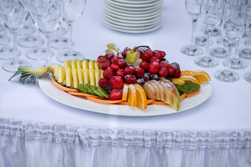 切在婚礼桌上的美丽的果子 免版税图库摄影
