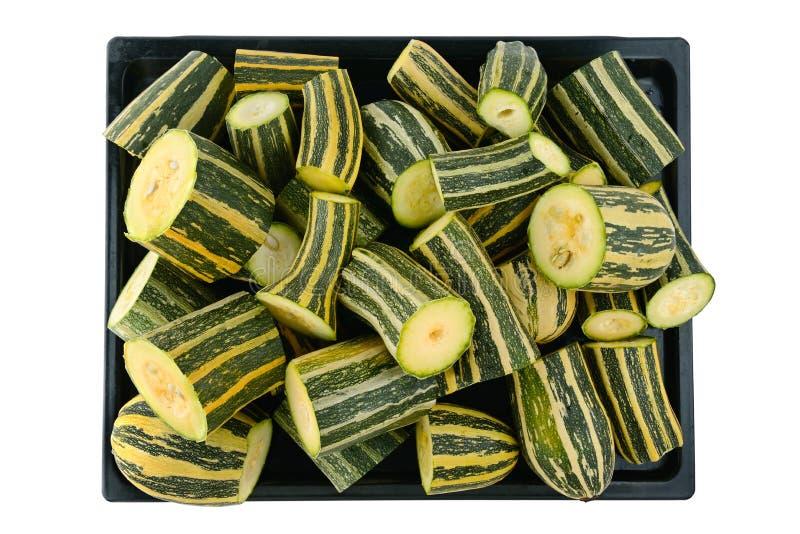 切在白色隔绝的盘子的夏南瓜 菜背景绿皮胡瓜新鲜的蕃茄 免版税库存照片