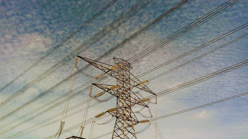 切天空的导线 库存图片