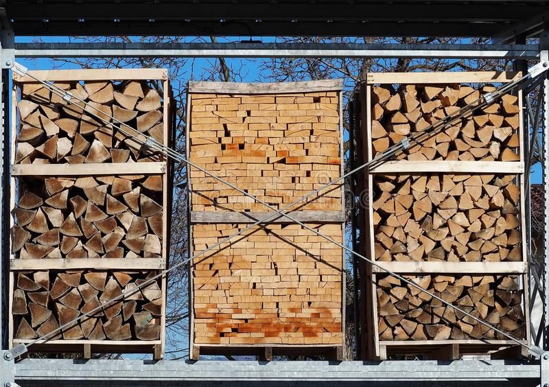 切好的木柴不同在包装的在三个板台 免版税库存照片