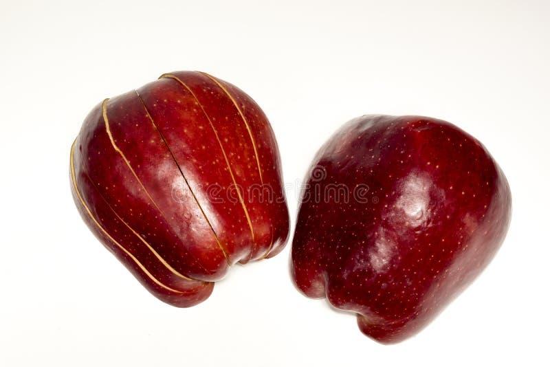 切好的红色苹果,在白色的一半 免版税库存图片