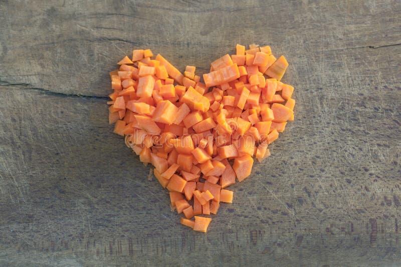 切好的红萝卜被安排以心脏的形式 图库摄影