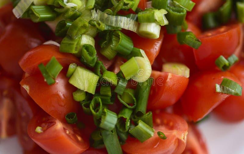 切好的西红柿和葱沙拉 免版税库存图片